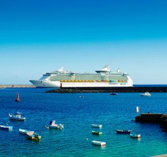 Barcitos ante crucero en el Puerto de Los Mármoles - Arrecife