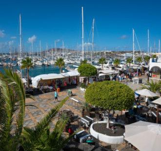Vista a Marina Rubicón con mercadillo - Playa Blanca.
