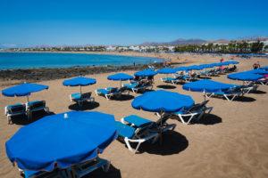 Hamacas con sombrillas - Playa de Los Pocillos, Tías