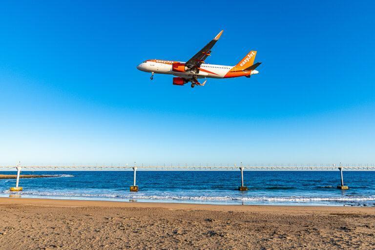 El consejero de Promoción Turística se interesa por la operativa de llegada de los primeros vuelos con turistas a Lanzarote